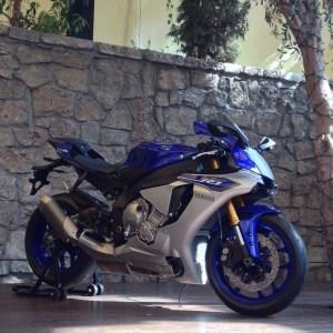 2015-Yamaha-YZF-R1-01