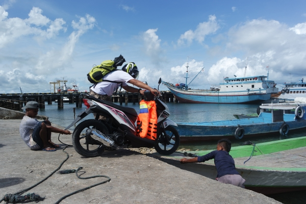 Ketinggian air pas buat naikin motor ke kapal