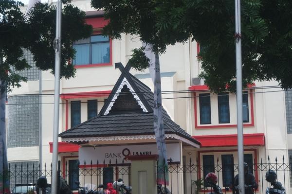 Lambang batang hari di atap bangunan