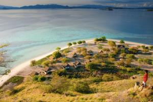 View dari atas bukit pulau kanawa. Pic by Velentino Luis / Wego