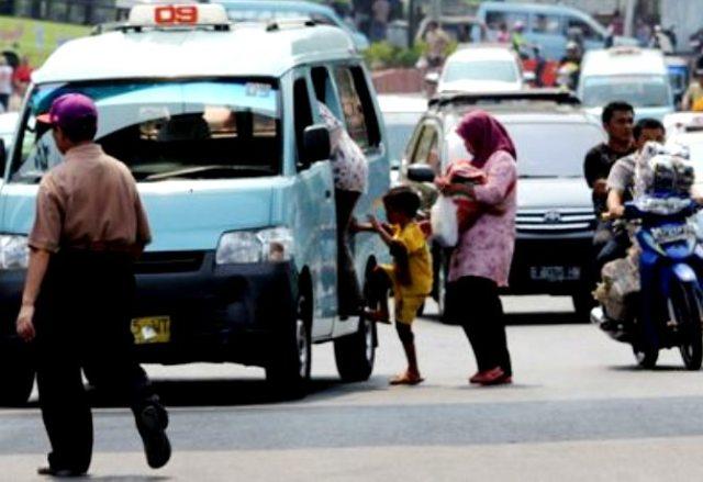 Angkot naikin penumpang sesuka hati . Pic by citraIndonesia